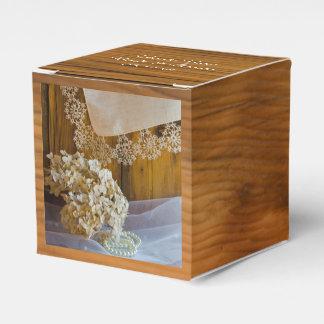 模造のな納屋の木製の国のレースの素朴な結婚式 フェイバーボックス