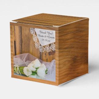 模造のな納屋の木製の素朴で白いチューリップの納屋の結婚式 フェイバーボックス