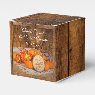 模造のな納屋の木製の素朴なカボチャ秋の結婚式 フェイバーボックス
