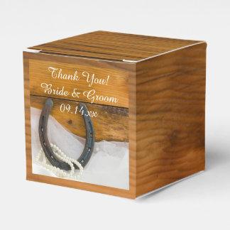 模造のな納屋の木製の蹄鉄および真珠の素朴な結婚式 フェイバーボックス