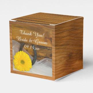 模造のな納屋の木製の黄色いデイジーおよび蹄鉄の結婚式 フェイバーボックス