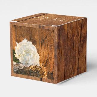 模造のな納屋木、白いアジサイの納屋の木製の結婚式 フェイバーボックス