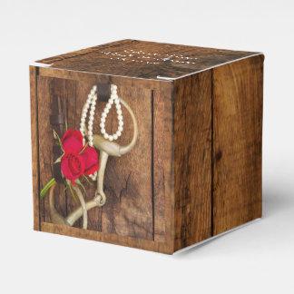 模造のな納屋木、赤いバラおよび馬ビット結婚式 フェイバーボックス