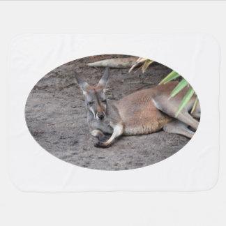 横になっているカンガルーは閉鎖した動物を注目します ベビー ブランケット