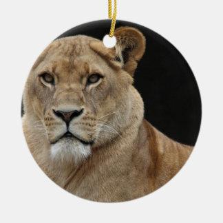横になっているライオンの女性 セラミックオーナメント