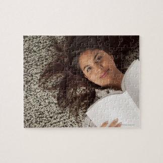 横になる本を読んでいる若い女性 ジグソーパズル