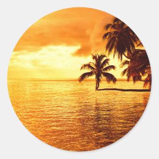横のヤシの木の日没の円形のステッカー ラウンドシール
