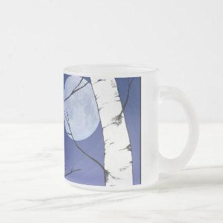 樺の木の月によって曇らされるマグ フロストグラスマグカップ
