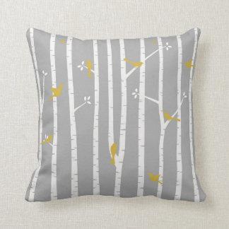 樺の木の灰色白の黄色の鳥 クッション