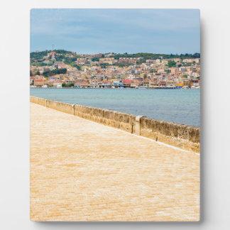 橋の道が付いているギリシャ都市港Argostoli フォトプラーク