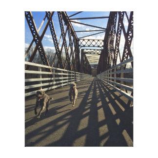 橋-キャンバスを渡って走っているラーチャー キャンバスプリント
