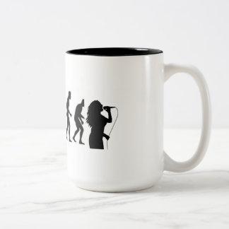 歌手が付いている人間の進化の端 ツートーンマグカップ