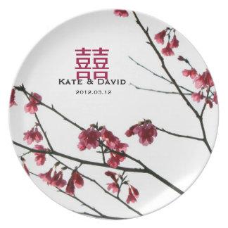 歓迎する春の赤い桜の結婚祝い プレート