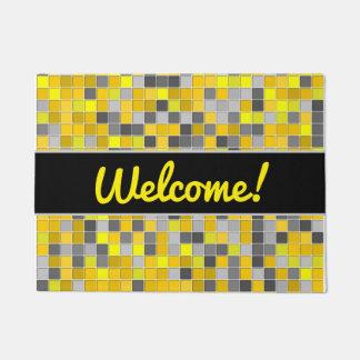 歓迎! + 黄色および灰色は正方形パターンをタイルを張りました ドアマット