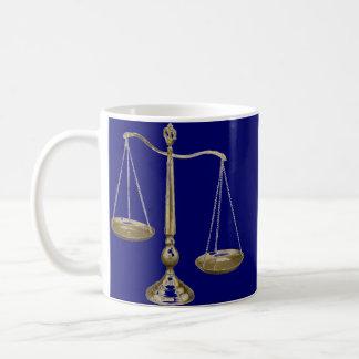 正義のはかりで測られる金ゴールド コーヒーマグカップ