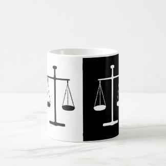 正義のはかりで測られる コーヒーマグカップ