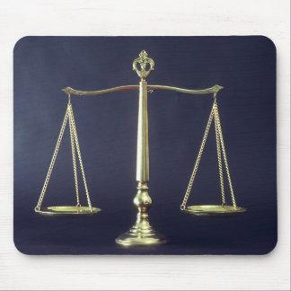 正義のはかりで測られる マウスパッド