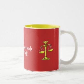 正義のマグのはかりで測られる ツートーンマグカップ