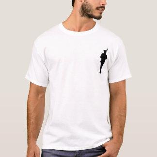 武装した行進の人 Tシャツ