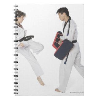 武道を教えているメスの空手のインストラクター ノートブック