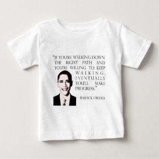 歩いているバラック・オバマ右の道のベビーのTシャツ ベビーTシャツ