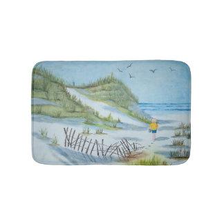 歩いている水彩画の絵画子供海岸 バスマット