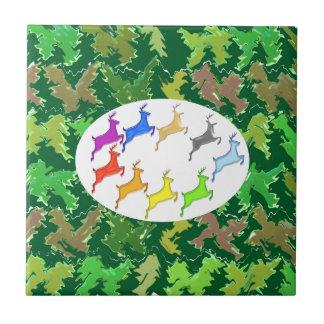 歩き回っている緑の野生のジャングルnのシカ タイル