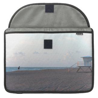 歩行者が付いているビーチのライフガードの掘っ建て小屋 MacBook PROスリーブ