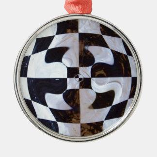 歪む白黒チェッカーボード メタルオーナメント