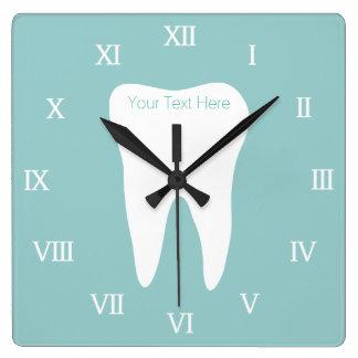 歯のロゴおよび名前の歯科医のオフィスのwallclock スクエア壁時計