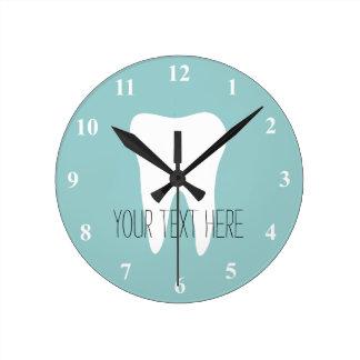 歯のロゴの歯科医のオフィスの柱時計 クロック
