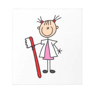 歯ブラシを持つ歯科助手 ノートパッド