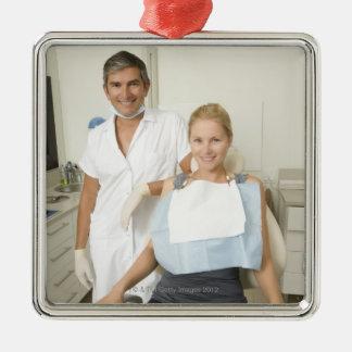 歯科医および患者のポートレート シルバーカラー正方形オーナメント