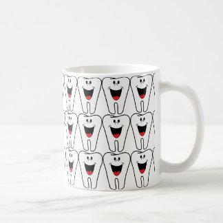 歯科医のための微笑の幸せで白いteeths コーヒーマグカップ