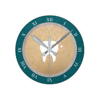歯|の金ゴールド及び銀製の青緑色の歯科ローマ数字 ラウンド壁時計