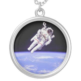 歴史的なUntethered宇宙遊泳 シルバープレートネックレス