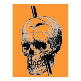 死体のスカルを通して長いネイルを運転すること ポストカード