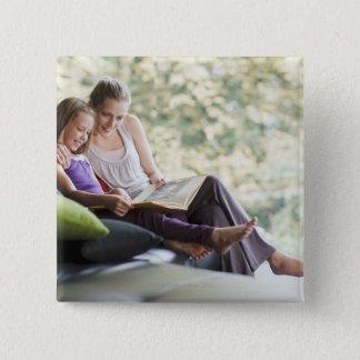 母および娘の読書物語の本 缶バッジ