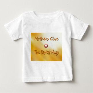 母はbestest抱擁を与えます! ベビーTシャツ