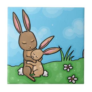 母ウサギおよびベビーのバニー抱擁 タイル