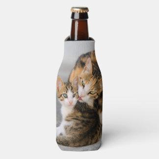 母猫はかわいいベビーの子ネコ動物の写真を愛します --- ボトルクーラー