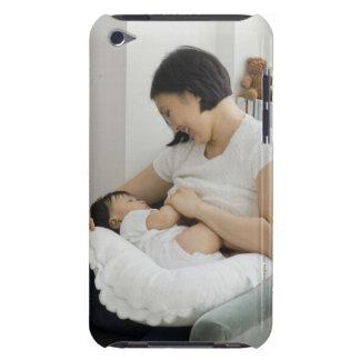 母胸食べ物を与える女の赤ちゃん Case-Mate iPod TOUCH ケース