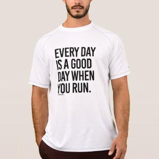 毎日は走るときよい日- .pngです tシャツ