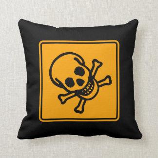 毒死のスカルの黄色のダイヤモンドの警告標識 クッション