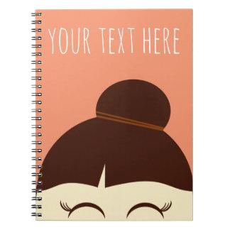 毛のパンのノートを持つ小さな女の子 ノートブック