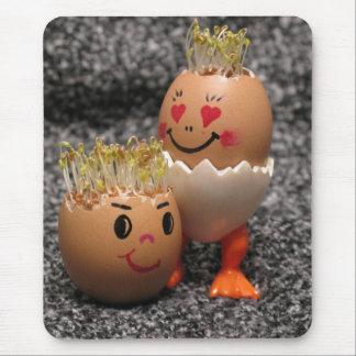 毛を搭載するかわいいイースターカップルの卵 マウスパッド