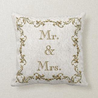 氏及び夫人及び結婚式の日付の金ゴールドのボーダー麻布の枕 クッション