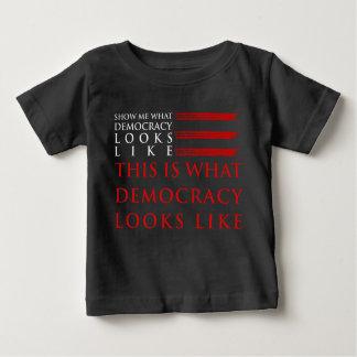 民主主義のベビーの暗いジャージーのTシャツ ベビーTシャツ