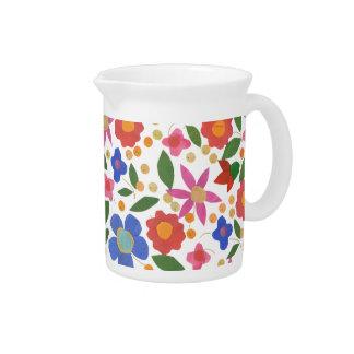 民芸のスタイルの花柄、白く小さい水差しまたは水差し ピッチャー