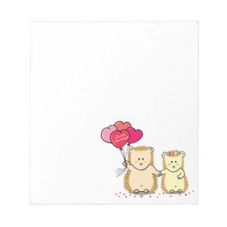 気球が付いているかわいいハリネズミのカップル、たった今結婚しました ノートパッド